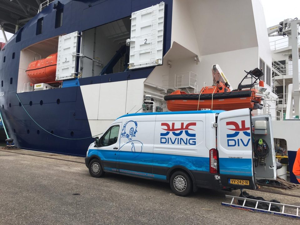 Foto van een duikbus naast een groot offshore schip. Gereed om een In-Water inspectie uit te voeren.